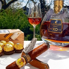 When everything goes perfectly together 🥃⚔🍂😎 ▫ Repost @el.swimmer Another sunday with a delicious @camuscognac Intensely  Aromatic XO pairing and the perfect cut by @lesfineslames Le Petit Barrel Series Cognac!