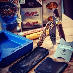 #CohibaFriday ? Might as well do it in style! 🐝💥😎 ▫ @ralfster91 What a day🤩🤩  - Epic gadgets from @lesfineslames came in today🤲💎 thanks guys it looks beautiful😍  and to top it off my tiny collection of Habanos tins is complete aswell👌😏 - Lets celebrate with this Cohiba Siglo 2 Tubo🐝🐝