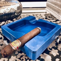 Our kind of #BlueMonday 🍂💙 ▫ DYAD Blue Concrete Ashtray - Available from www.lesfineslames.com (link in bio) ▫ @terradibari_cigar_club Lazy smoky moment💨💨 @habanos_oficial 🎩💨💨
