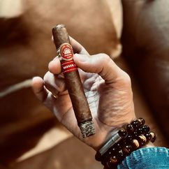 Great smokes come with great accessories! 🍂 H. Upmann Magnum 54 💎 PUNCH BRACELET Onyx Photo Credit: @mikaelscigars ▫️ PUNCH BRACELET by LES FINES LAMES ➡️ Get yours on Indiegogo: https://igg.me/at/PunchBracelet (link in bio). Starting at 42€ / $49 